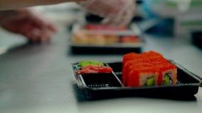 厨师服务日本卷用飞鱼鱼子酱,关闭包裹,进一步交付的给客户 影视素材