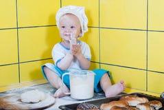 厨师服装的小男孩 免版税库存图片