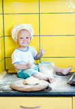 厨师服装的小男孩 免版税库存照片