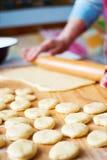 厨师油炸圈饼 免版税图库摄影
