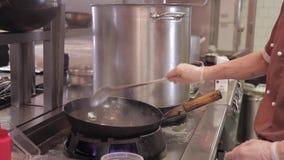 厨师油炸物不同的菜在铁餐馆或咖啡馆的铁锅厨房里 股票录像