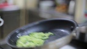 厨师油煎在煎锅的菜 股票视频