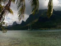 厨师海湾和小船Moorea 图库摄影
