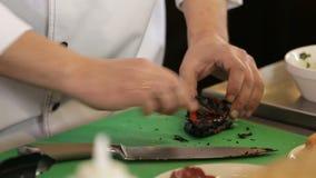 厨师清洗烤胡椒与刀子 影视素材