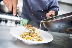 厨师烹调意粉alla vongole 免版税库存照片