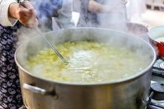 厨师烹调汤 免版税库存照片