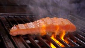厨师烹调牛排未加工的三文鱼内圆角 股票录像