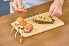 厨师烹调的被充塞的茄子过程 库存图片