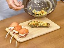 厨师烹调的被充塞的茄子过程 免版税库存照片
