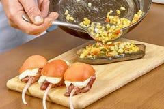 厨师烹调的被充塞的茄子过程 免版税库存图片