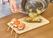 厨师烹调的被充塞的茄子过程 图库摄影