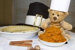 厨师熊烘烤感恩南瓜饼 免版税库存照片