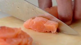 厨师特写镜头递切开水多的三文鱼入在慢动作的片断 股票录像