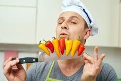 厨师用在刀子的胡椒 免版税库存照片