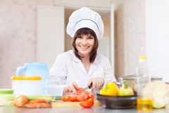 厨师用在切板的芹菜 免版税库存照片