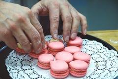 厨师用在盘子的蛋白杏仁饼干在面包店 图库摄影