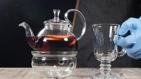 厨师由透明茶壶投入一块空的玻璃用新鲜的草本和果子饮料 舒适大气在餐馆 股票视频
