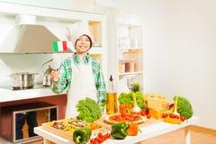 厨师的一致微笑的愉快的意大利男孩 图库摄影