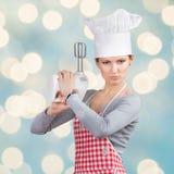 """厨师的帽子的妇女""""开一杆枪""""有搅拌器的 库存照片"""