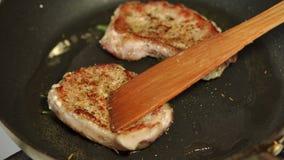 厨师的特写镜头翻转在长柄浅锅的猪排 影视素材