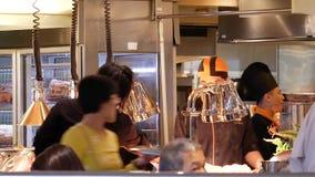 厨师的行动食物为顾客做准备在熟食店区域 股票录像