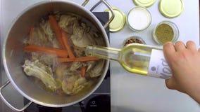 厨师的顶视图增加藤到平底锅 影视素材