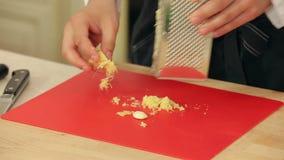厨师砍大蒜并且磨碎姜 股票视频