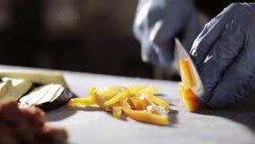 厨师砍黄色喇叭花胡椒,特写镜头 影视素材
