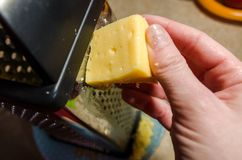 厨师磨碎乳酪 免版税图库摄影