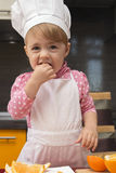 厨师衣服的Clouse-up画象小逗人喜爱的女孩 Mother& x27; s帮手 两岁 图库摄影