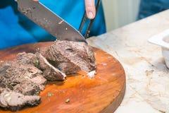 厨师裁减烤牛肉肉 烹调的概念 免版税库存照片