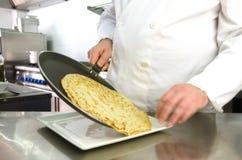 厨师递服务薄煎饼 库存照片