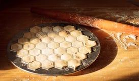 厨师递自创馄饨用肉 图库摄影