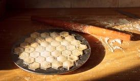 厨师递自创馄饨用肉 免版税库存图片