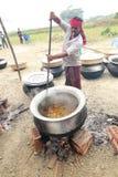 厨师食物为村庄宴餐做准备 免版税库存照片