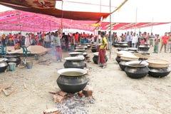 厨师食物为村庄宴餐做准备 库存图片