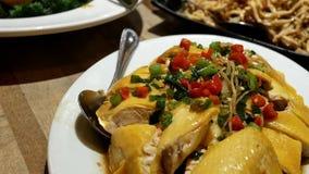 厨师` s特别大蒜的行动和草本在桌上调味 影视素材