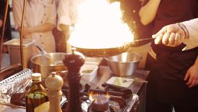 厨师` s Masterclass 烹调与在煎锅的火的厨师 在一个商业厨房里烹调Flambe样式的nProfessional厨师 股票录像