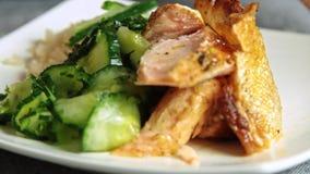 厨师ccooking的三文鱼鱼用米和黄瓜 股票视频
