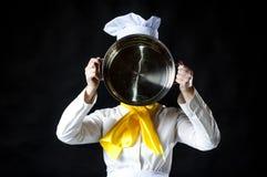 厨师hiolding的平底锅 免版税库存照片