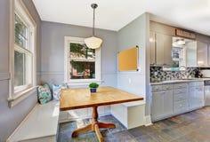 厨房与小饭厅的室内部 免版税库存照片