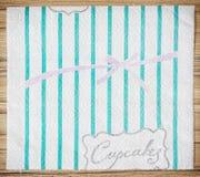 厨房与杯形蛋糕题材的毛巾纸卷片断  库存照片