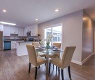 厨房与滑动玻璃门的吃区域 库存照片