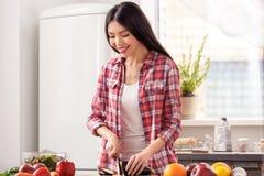 厨房健康生活方式的少女站立切茄子烹调午餐的愉快 图库摄影