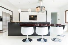 厨房内部一个大豪宅的 免版税库存照片