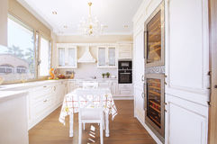 厨房内部在有接触的新的豪华家减速火箭 现代 免版税图库摄影