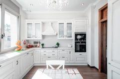 厨房内部在有接触的新的豪华家减速火箭 现代 免版税库存照片