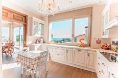 厨房内部在有接触的新的豪华家减速火箭 免版税库存图片
