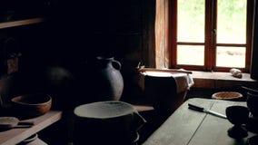 厨房内部在有葡萄酒瓦器的木房子里根据微明 股票视频