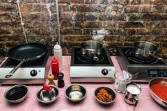 厨房内部烹调的车间 免版税库存照片